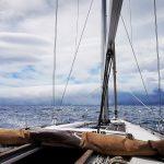 Hustá oblačnosť prevaľujúca sa cez ostrov Pico